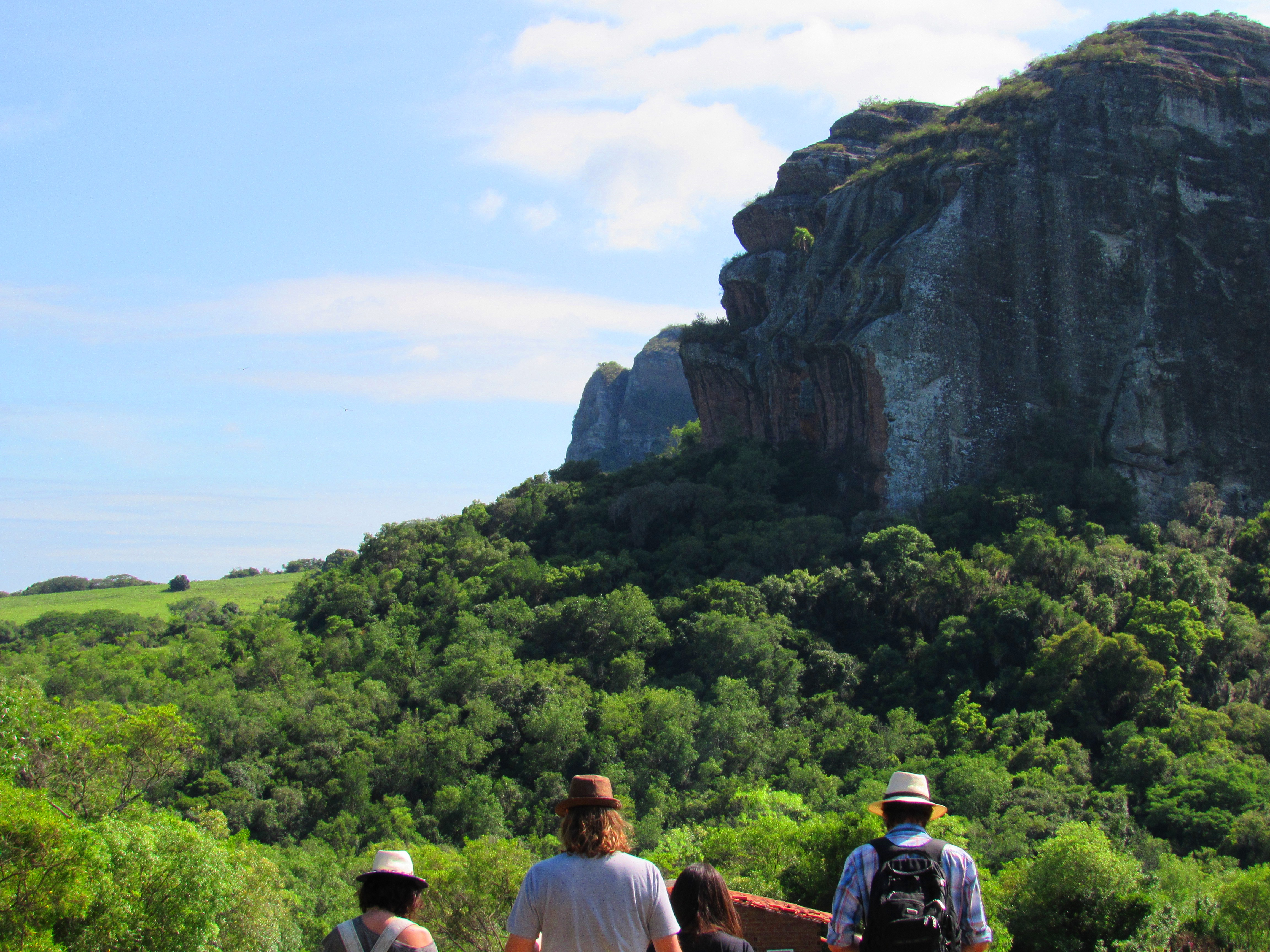 Grupo passeia pelas belezas do Parque Natural Municipal Pedra do Segredo. A Pedra do Segredo se destaca ao fundo. Foto: Jackeline Moreira. Foto: Jackeline Moreira