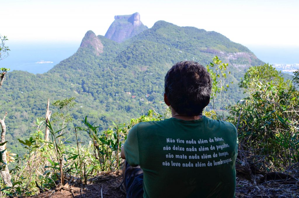 Visitante observa a paisagem no Mirante da Freira. Parque Nacional da Tijuca. Foto: Peterson de Almeida